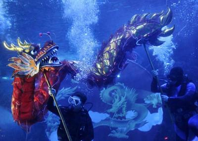 大千世界:福州水下舞龙迎新年