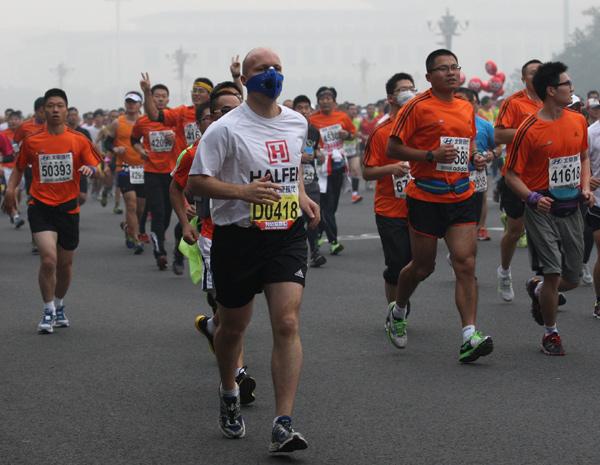 北京马拉松雾霾中开跑 选手戴口罩参赛.jpg