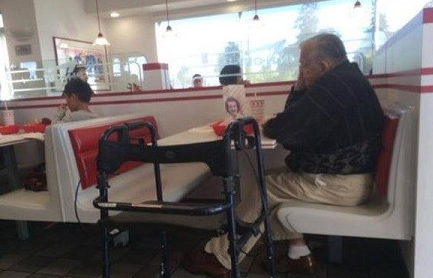A beautiful old man dines with a photo of his deceased wife. Proverbs touched the netizen .jpg