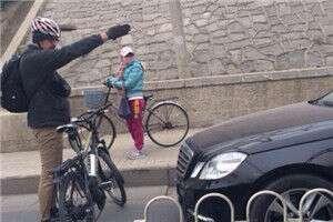 汽车开上自行车道,老外执着阻止被点赞.jpg