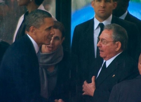 劳尔·卡斯特罗和奥巴马握手.jpg