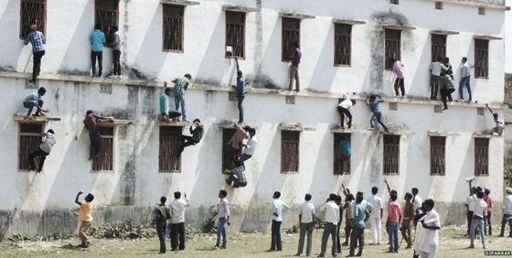 印度学生作弊.jpg