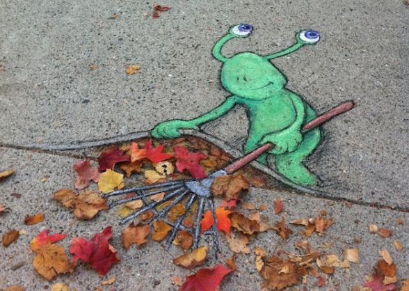 图片中可爱的小外星人sluggo正忙着用耙子往小路上扒拉树叶,而这些