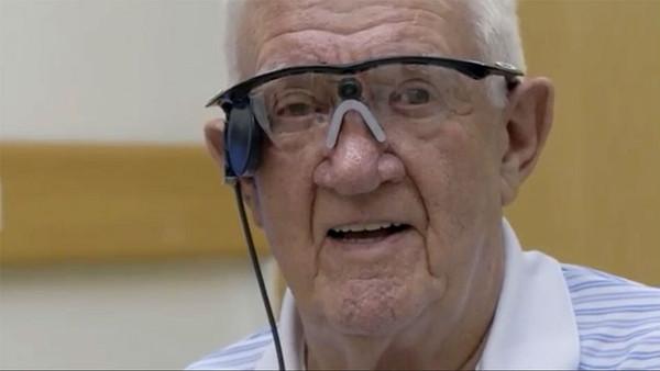 英国老人依靠黑科技仿生眼重获光明.jpg