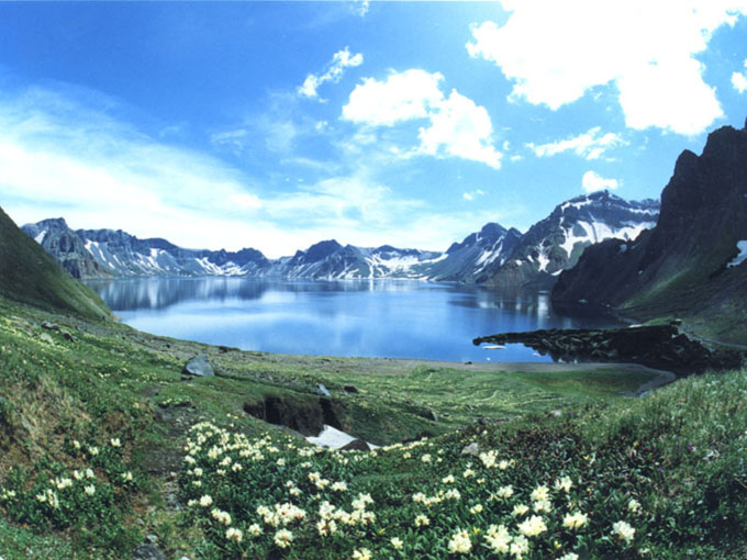 长白山自然保护区占地总面积2000平方公里,是一个巨大的天然动物园和