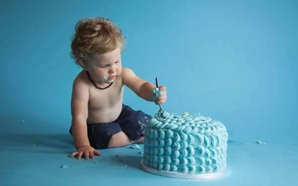 幼儿不肯在镜头前破坏他的生日蛋糕