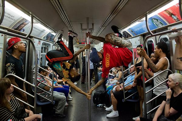 在镇压中挣扎存在的纽约地铁