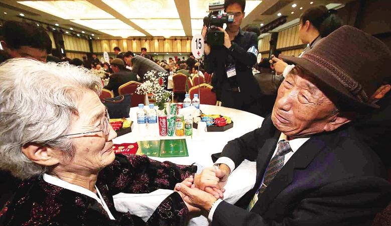 成百上千的韩国人赴朝鲜探亲