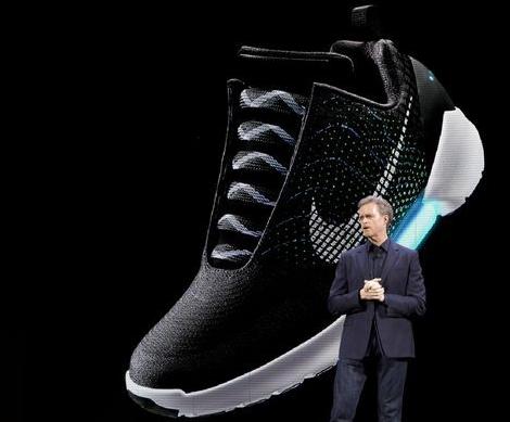 耐克新款运动鞋可自动系鞋带