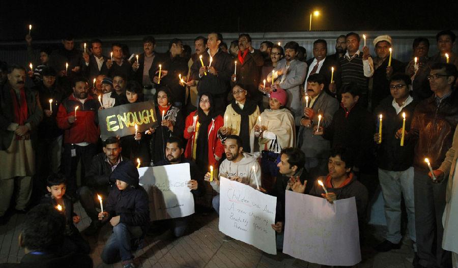 巴基斯坦悼念遇难儿童.jpg