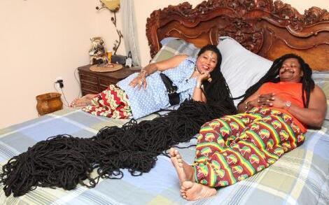 世界上头发最长的女人与发型师幸福成婚图片