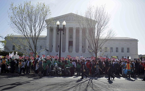 数百人在美国最高法院门口游行,支持奥巴马保护非法移民的决议.jpg