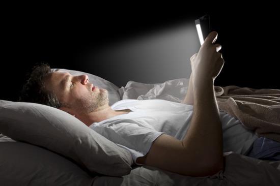 手机蓝光影响睡眠.jpg
