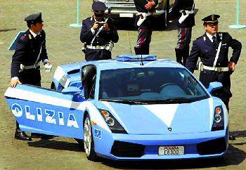 警察开着跑车巡逻