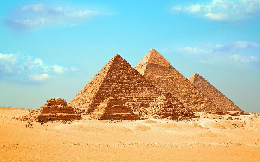 这张照片给你介绍了金字塔与建成金字塔的方砖大小
