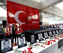 土耳其在要求对抗ISIS的呼声中埋葬遇难者