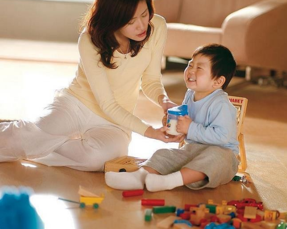 Young couples with a monthly salary of 30,000 yuan find a tutor for their children. The main task is to play with them! .jpg