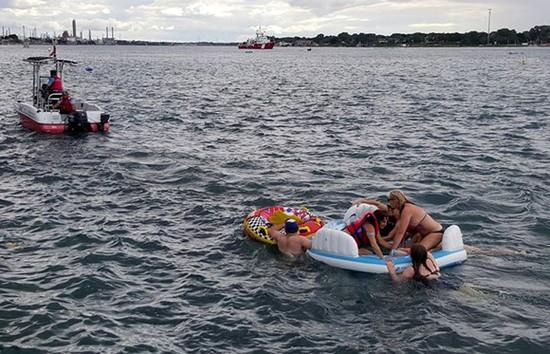 美国千人玩漂流却被大风刮到加拿大!