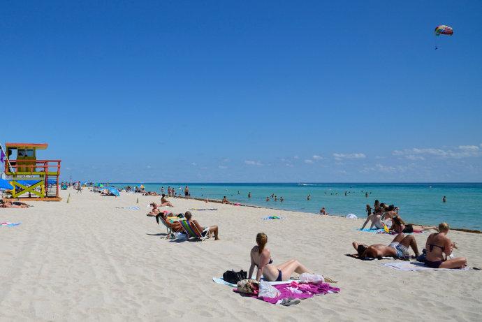 国外领事比斯坎湾海滩检垃圾.jpeg