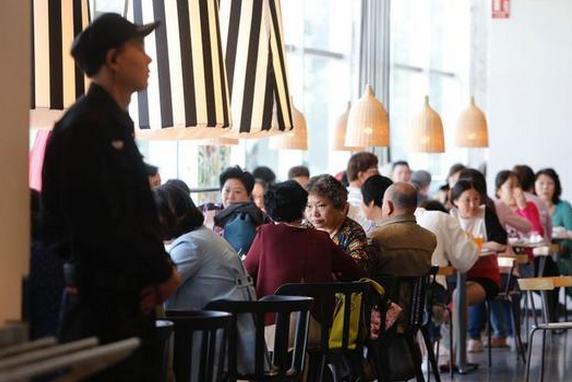 上海宜家封杀中老年相亲团 规定先购餐后入座