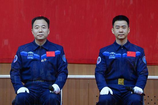 中国神州十一号载人飞船升空.jpg