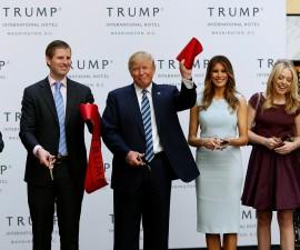 大选在即 特朗普为他的新酒店剪彩