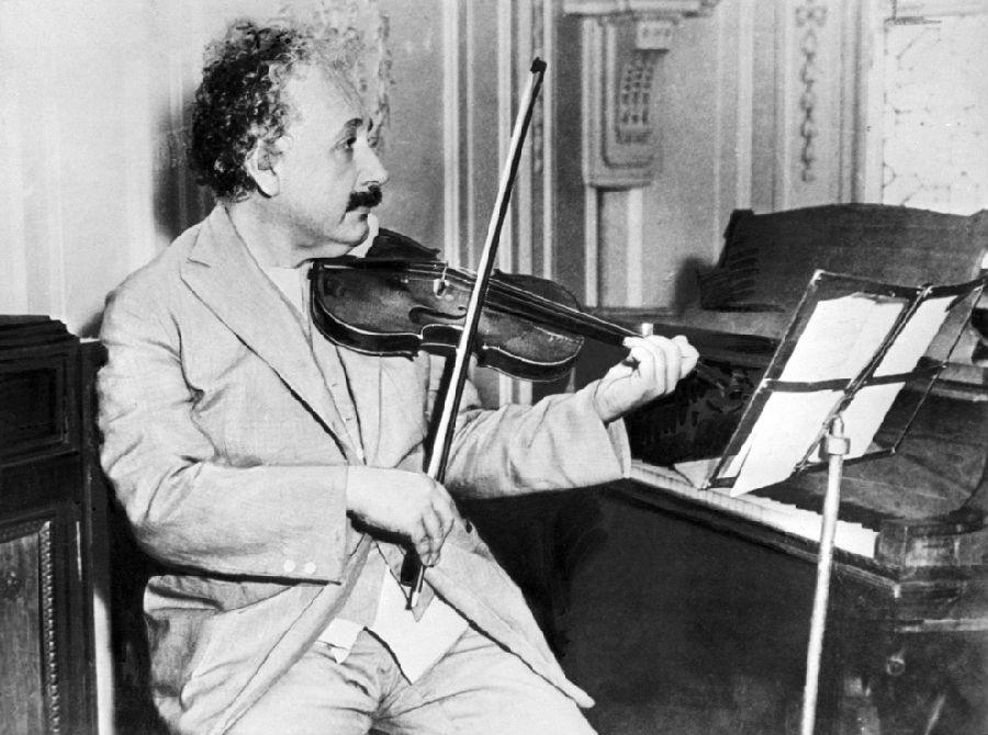 爱因斯坦拉小提琴