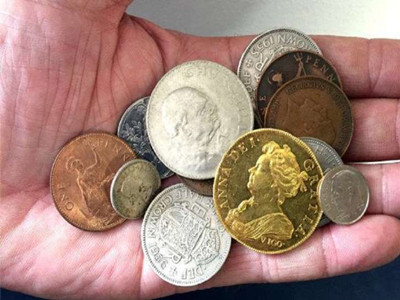 A gold coin worth 250,000 pounds was found in the bear child's toy box.jpg