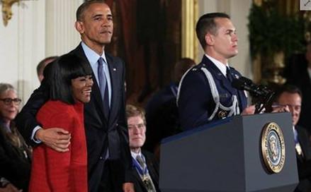 AP News一分钟新闻 奥巴马颁发总统自由勋章