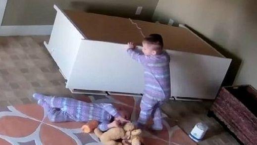 2岁幼童巧移柜子救双胞胎弟弟.jpg