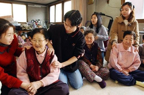 韩国女性预期寿命将超90岁全球居首.jpg