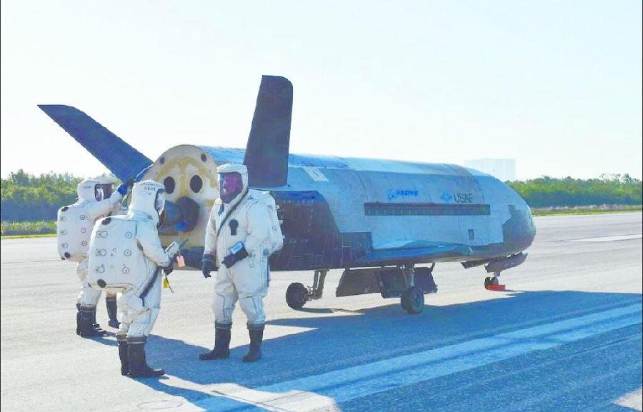 X-37B太空飞行两年神秘归来.jpg