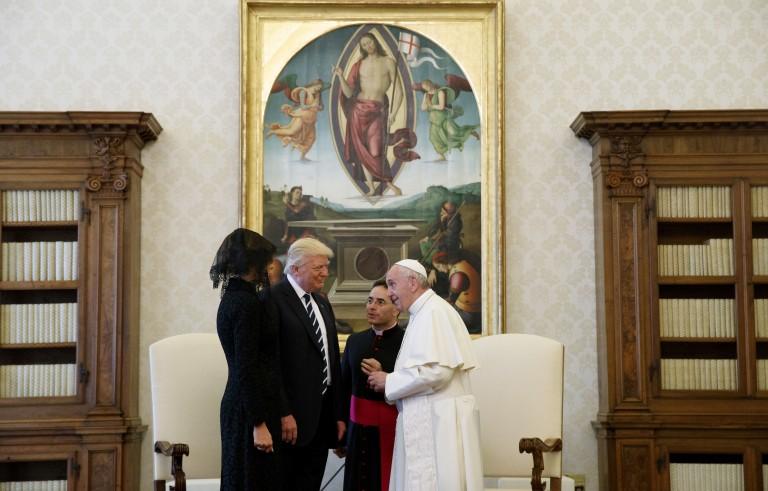 特朗普总统与教皇方济各会面互送礼物