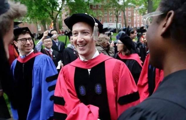 扎克伯格终于从哈佛毕业了 励志演讲不忘秀恩爱