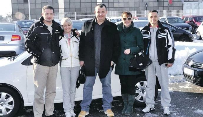 黑山最慷慨老板走红 送员工出国旅游还送车!