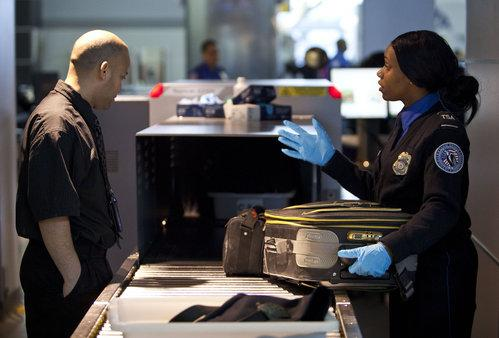 美国男子用薯片筒偷运眼镜蛇.jpg