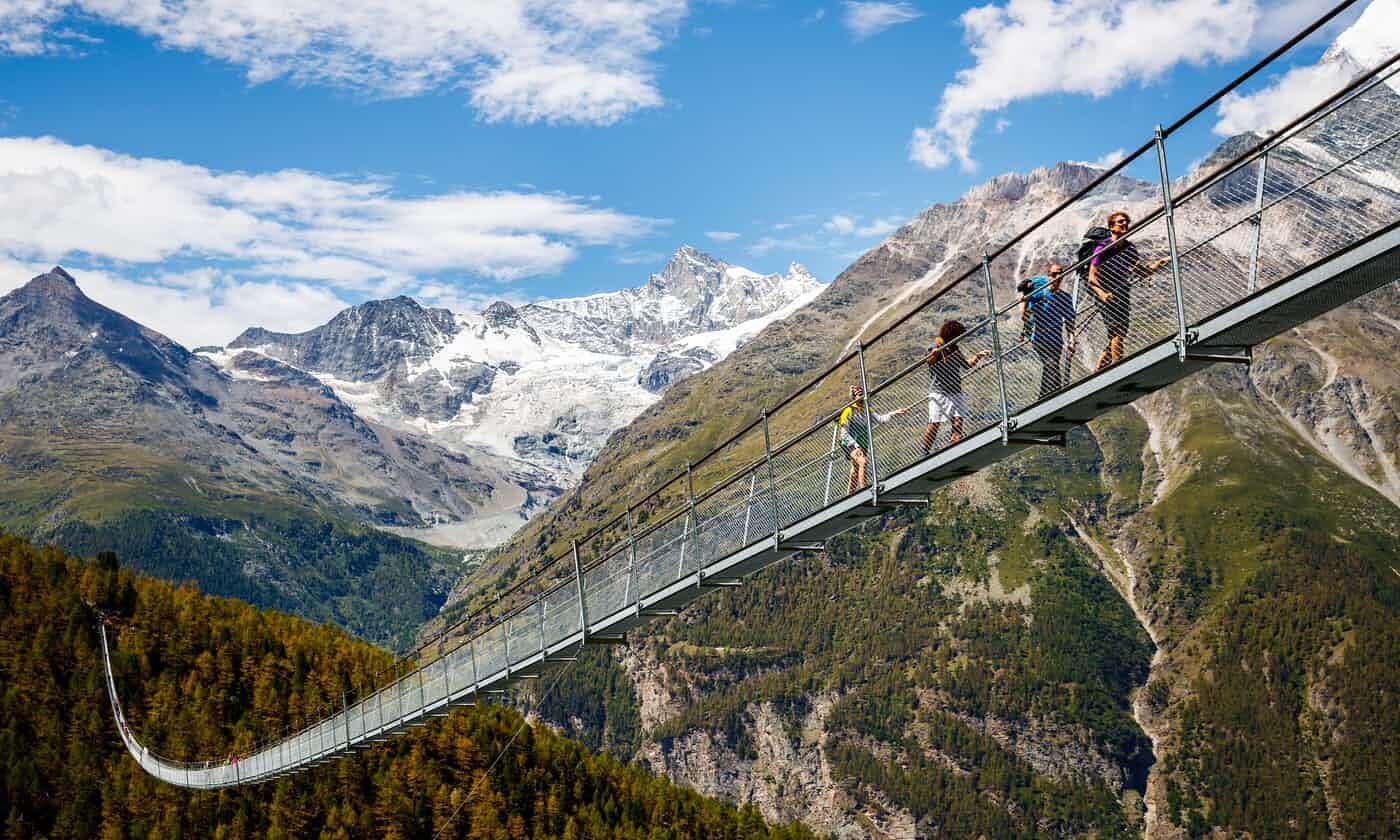全球最长人行吊桥瑞士落成.jpg
