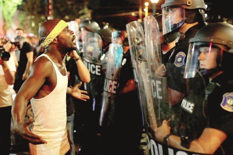 白人警察被判无罪引发持续示威.jpg