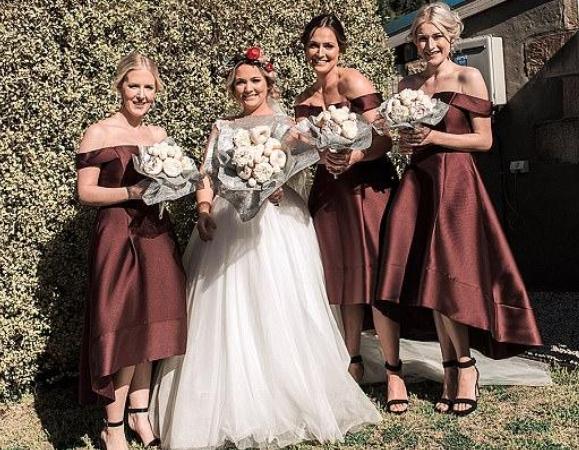 澳洲一新娘的手捧花竟塞满了甜点