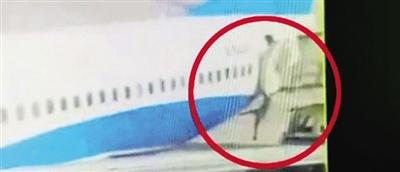 厦航空姐从客机上掉下.jpg