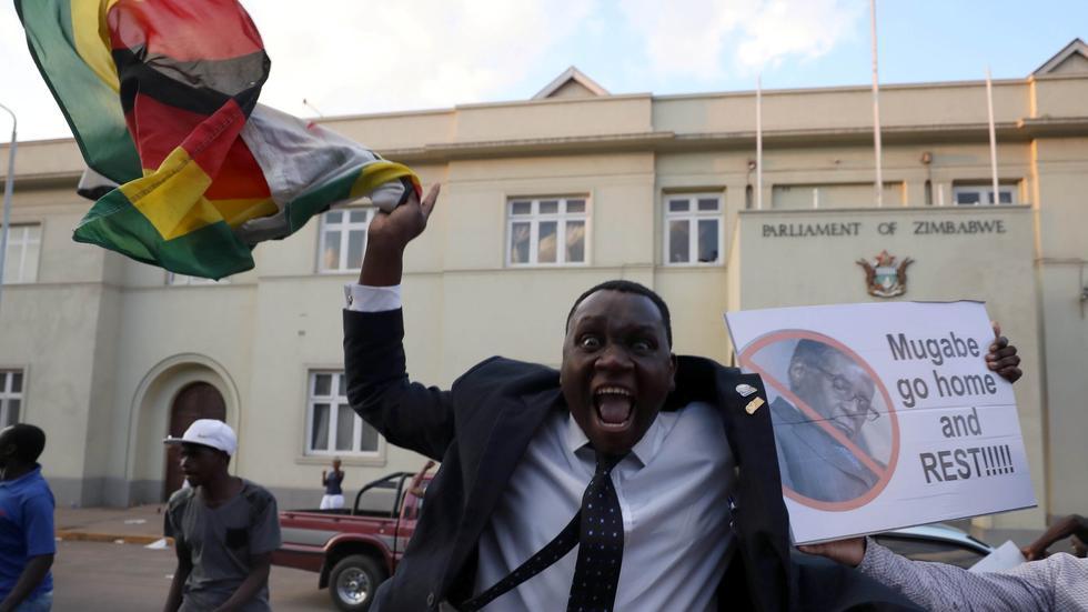 穆加贝迫于压力辞职 津巴布韦国民欢欣鼓舞