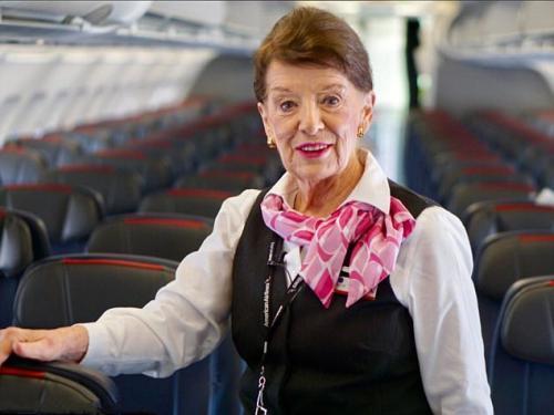 美国最年长空姐81岁 机上服务长达60年