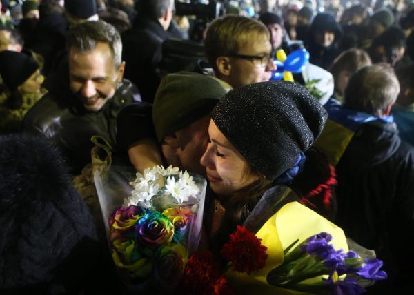 贺新年!乌克兰冲突双方交换战俘.jpg