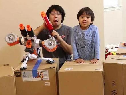 美国一男孩直播测评玩具年入千万!