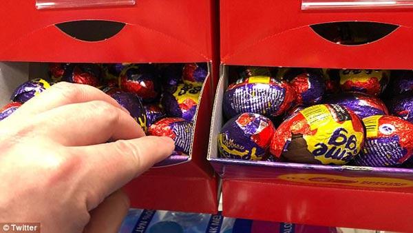 为找到吉百利中奖彩蛋 英国超市的彩蛋包装都遭殃了.jpg