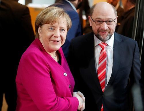 德国总理默克尔(左)和社民党领导人舒尔茨在组阁谈判开始前握手.jpg