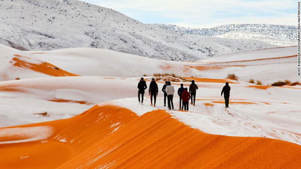 """""""全球最热""""的撒哈拉沙漠下雪了,积雪厚度近半米.jpg"""