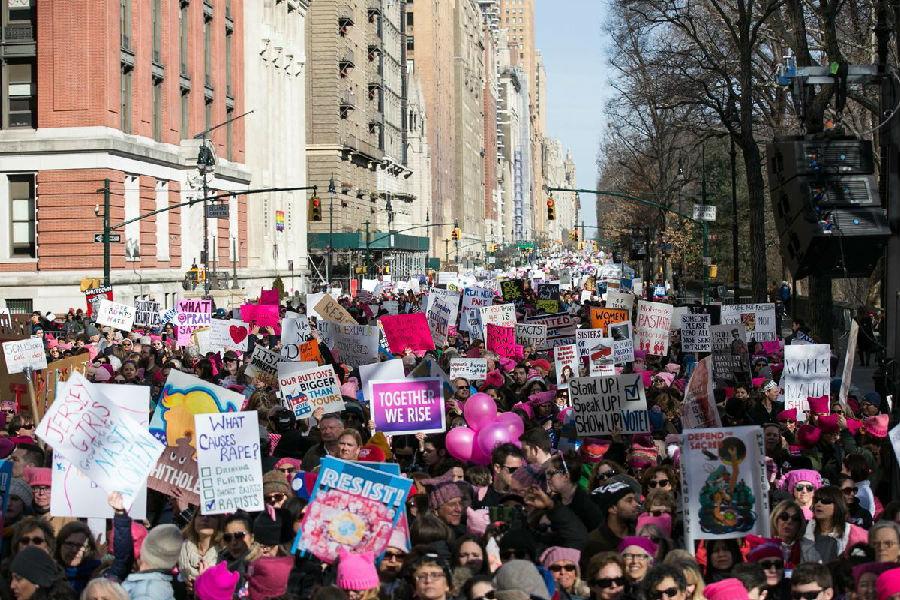 美国多地举行女性游行.jpg
