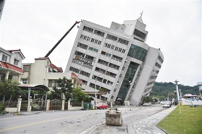 台湾发生强震 数栋建筑坍塌倾斜.jpg