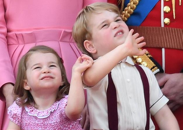 英国女王曝夏洛特小公主在家里爱指挥哥哥乔治